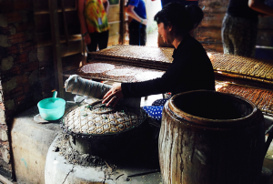 Making rice paper the traditional way